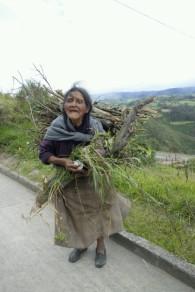une mamie qui cuisine encore au bois
