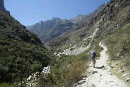 Le chemin grimpe en s'enfonçant dans la vallée